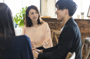 カフェで談笑する男女の写真素材 [FYI04508688]