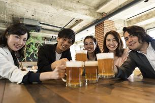乾杯する男女グループの写真素材 [FYI04508724]