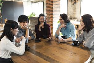 カフェで談笑する男女グループの写真素材 [FYI04508728]