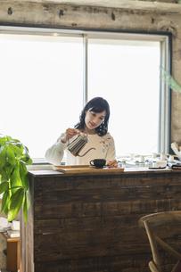 コーヒーを注ぐ女性の写真素材 [FYI04508802]