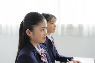 授業を受ける女子学生の写真素材 [FYI04508856]