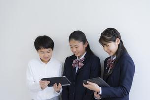 タブレットPCを見る学生の写真素材 [FYI04508864]