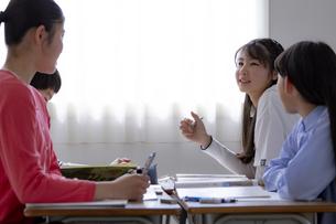 グループ学習をする小学生の写真素材 [FYI04508885]