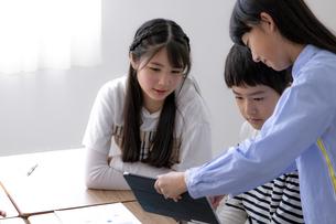 タブレットPCを使って勉強する小学生の写真素材 [FYI04508887]