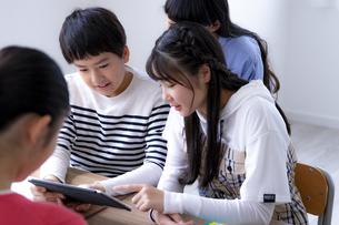 タブレットPCを使って勉強する小学生の写真素材 [FYI04508893]
