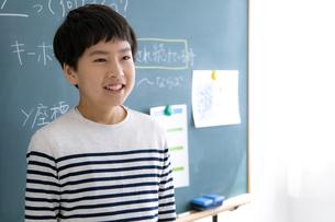黒板の前の小学生の写真素材 [FYI04508904]