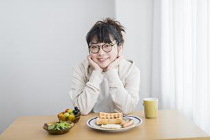 女性 朝食の写真素材 [FYI04509003]