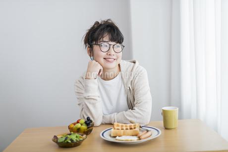 女性 朝食の写真素材 [FYI04509005]