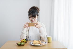 女性 朝食 撮影の写真素材 [FYI04509008]