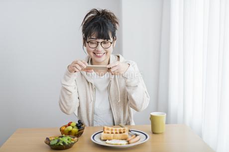 女性 朝食 撮影の写真素材 [FYI04509009]