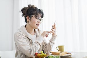 女性 朝食 スマホの写真素材 [FYI04509010]