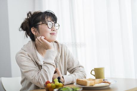 女性 朝食の写真素材 [FYI04509011]