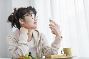 女性 朝食 スマホの写真素材 [FYI04509013]