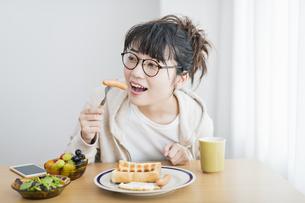 女性 朝食の写真素材 [FYI04509017]