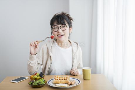 女性 朝食の写真素材 [FYI04509018]