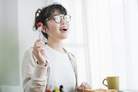 女性 朝食の写真素材 [FYI04509020]