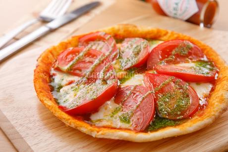トマトとモッツァレラのピザの写真素材 [FYI04509519]