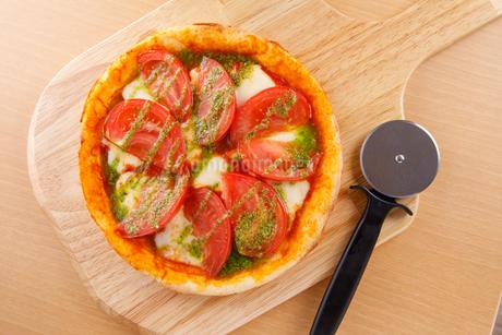 トマトとモッツァレラのピザの写真素材 [FYI04509520]