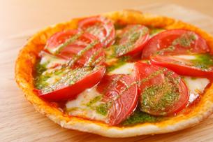 トマトとモッツァレラのピザの写真素材 [FYI04509521]