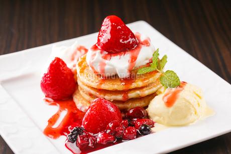 イチゴたっぷりのパンケーキの写真素材 [FYI04509529]