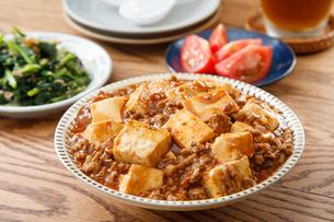 麻婆豆腐のある食卓の写真素材 [FYI04509577]