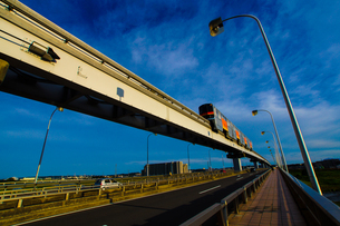 立日橋を走る多摩モノレールの写真素材 [FYI04509796]
