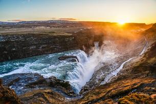 アイスランド・グトルフォスの滝と朝焼けの写真素材 [FYI04509965]