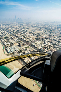 ヘリコプターから見えるドバイの都市風景の写真素材 [FYI04510036]