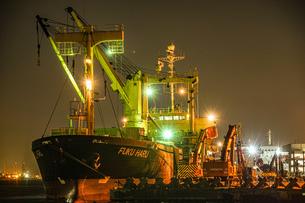 工業地帯の作業船のイメージの写真素材 [FYI04510072]