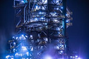 川崎・京浜工業地帯の工場夜景の写真素材 [FYI04510079]