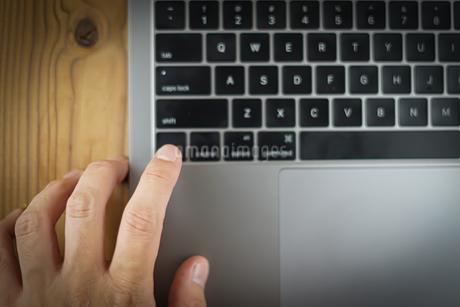 スタイリッシュなノートパソコンのキーボードのイメージの写真素材 [FYI04510080]