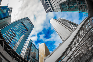 東京都港区・汐留のオフィスビル群と青空の写真素材 [FYI04510082]