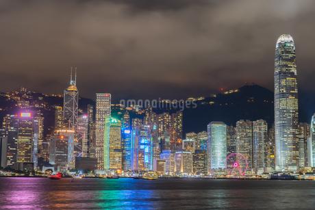 ビクトリア・ハーバーから見える香港の夜景の写真素材 [FYI04510088]