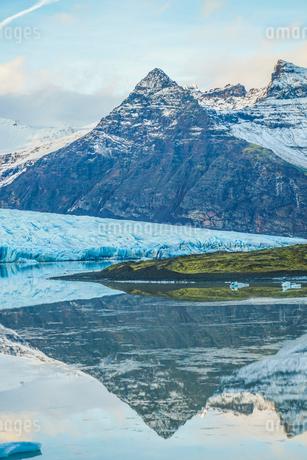 アイスランド・フィヤトルスアゥルロゥン氷河湖の写真素材 [FYI04510100]