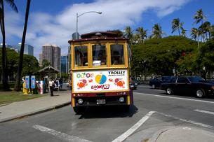 アメリカ合衆国ハワイ州 オアフ島 ホノルルのワイキキトロリーの写真素材 [FYI04510304]