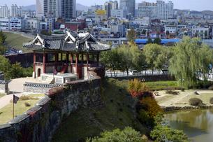 韓国 水原 華城の東南角楼の訪花随柳亭の写真素材 [FYI04510536]