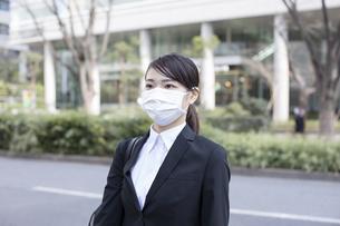 オフィス街でマスクをした若い女性の写真素材 [FYI04510668]