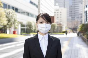 オフィス街でマスクをした若い女性の写真素材 [FYI04510675]