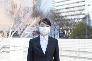 オフィス街でマスクをした就活生の写真素材 [FYI04510676]