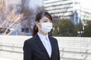 マスクを着用した若い女性の写真素材 [FYI04510678]