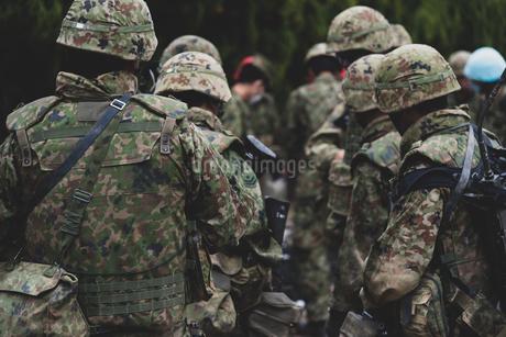 武装した陸上自衛隊の自衛官の写真素材 [FYI04511276]