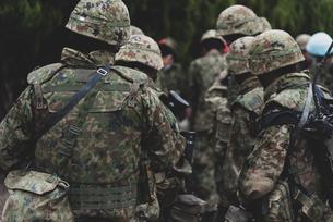 武装した陸上自衛隊の自衛官の写真素材 [FYI04511277]