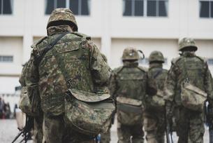 武装した陸上自衛隊の自衛官の写真素材 [FYI04511278]