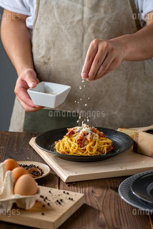 Delicious pasta carbonara on black plate.の写真素材 [FYI04511745]