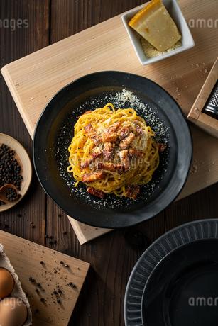 Delicious pasta carbonara on black plate.の写真素材 [FYI04511747]