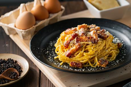 Delicious pasta carbonara on black plate.の写真素材 [FYI04511767]