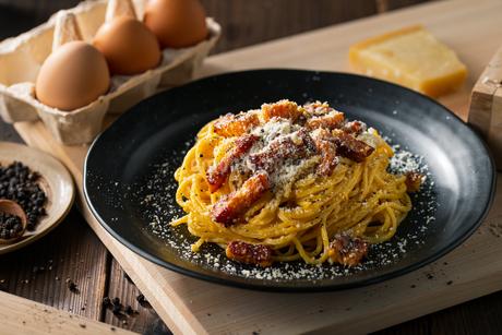 Delicious pasta carbonara on black plate.の写真素材 [FYI04511770]
