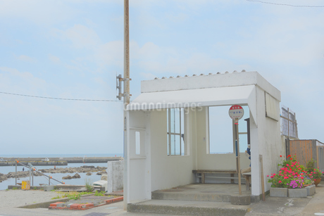 海沿いのバス停の写真素材 [FYI04512839]