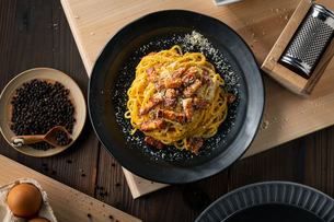 Delicious pasta carbonara on black plate.の写真素材 [FYI04512883]