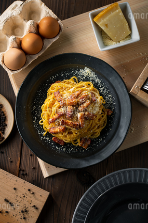 Delicious pasta carbonara on black plate.の写真素材 [FYI04512884]